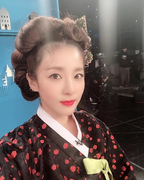 Dara diện hanbok, làm tóc cầu kỳ ghi hình chương trình đầu năm.