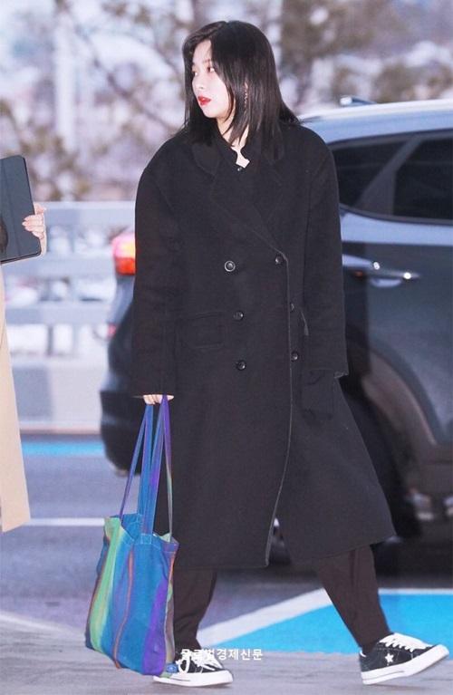 Seul Gi chuộng trang phục đen tối giản mà vẫn sang. Chiếc túi của cô nàng bị chê giống túi đi chợ ở Việt Nam.