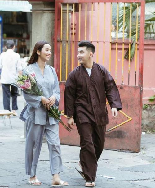 Vợ chồng Kim Cương - Ưng Hoàng Phúc mặc đồ Phật tử, đi lễ chùa ngày đầu năm. Ưng Hoàng Phúc từng chia sẻ, anh theo đạo Phật và thường ăn chay. Đi chùa là cách giúp anh sống hướng thiện, yêu thương những mảnh đời khó khăn trong cuộc sống.