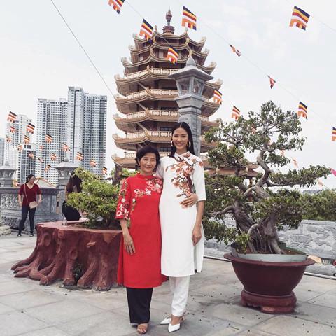 Hoàng Thùy và mẹ diện áo dài cách tân đi chùa.