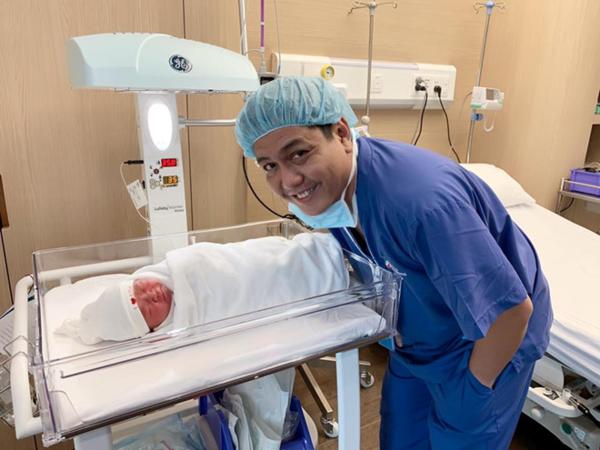 Đức Thịnh bên con trai mới sinh.