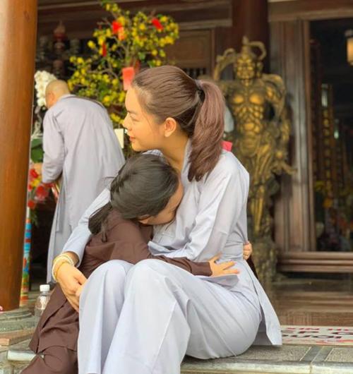Phạm Quỳnh Anh đưa con gái đi chùa cùng vợ chồng Ưng Hoàng Phúc. Cô cho biết mình được Ưng Hoàng Phúc khuyên tìm sự bình yên cho tâm hồn qua đạo Phật sau khi ly hôn với ông bầu Quang Huy. Từ người không quan tâm đến Phật pháp, giọng ca Bụi bay vào mắt hiểu thêm được nhiều triết lý của đạo Phật.