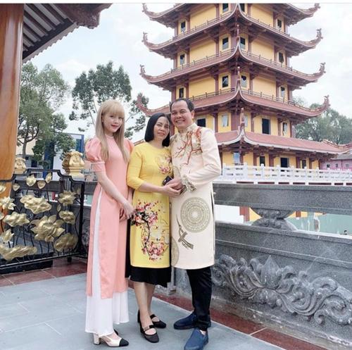 Thiều Bảo Trâm mặc áo dài, đưa ba mẹ đi lễ tại chùa Việt Nam Quốc, TP HCM sau khi đi du lịch cùng hội bạn thân trở về.