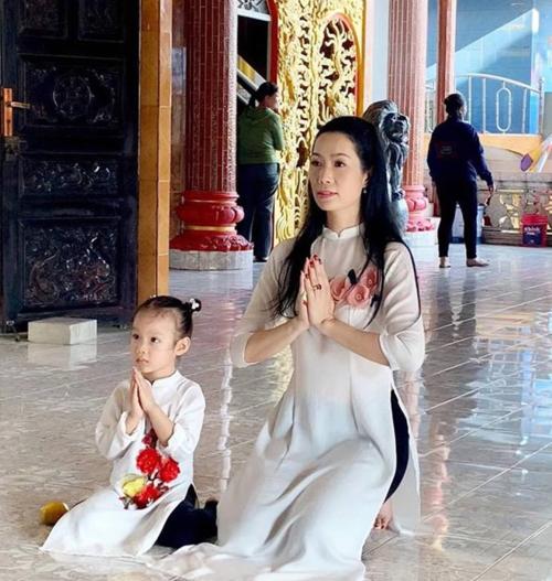 Đi chùa là thói quen của NSƯT Trịnh Kim Chi mỗi mùa Tết đến. Năm nay, cô đi chùa cùng chồng và con gái.