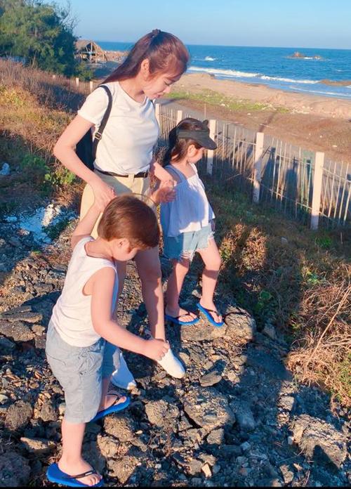 Elly Trần đầu năm đưa hai con ra biển chơi.