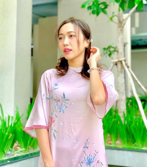 Diệu Nhi theo phong trào diện áo dài dịu dàng đi chơi Tết.