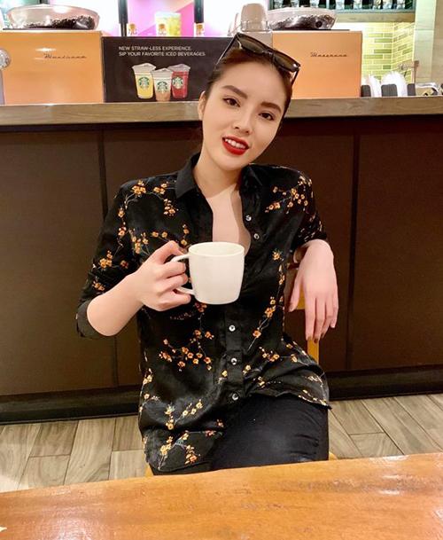 Kỳ Duyên hẹn hò cà phê cùng bạn bè khi về Hà Nội ăn Tết.