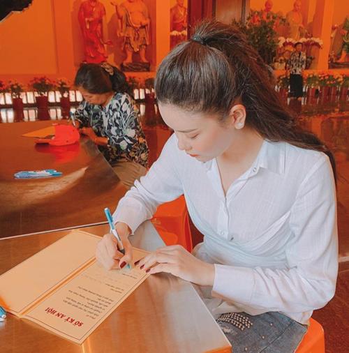 Trương Quỳnh Anh đi chùa cầu bình an cho gia đình trong năm mới.