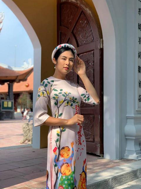 Ngọc Hân mặc áo dài tự thiết kế đi chùa đầu năm.