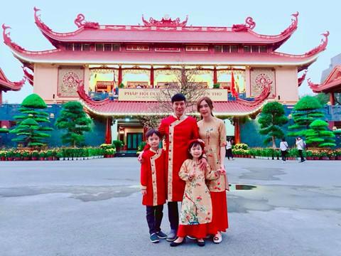 Vợ chồng Lý Hải - Minh Hà đón Tết theo cách truyền thống. Họ mặc áo dài, cùng các con đi lễ chùa cầu bình an, may mắn.