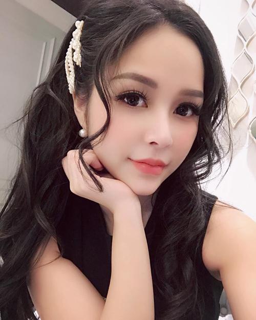 Chiếc kẹp đính ngọc trai trắngnổi bật trên mái tóc tối màu của các cô gái châu Á, giúp gương mặt sáng bừng, rạng rỡ hơn.