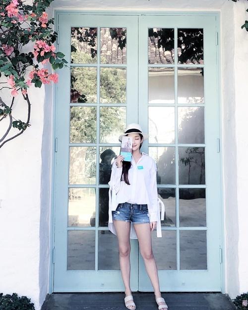 Park Min Young mặc quần shorts khoe chân thon, phong cách trẻ trung hiện đại.