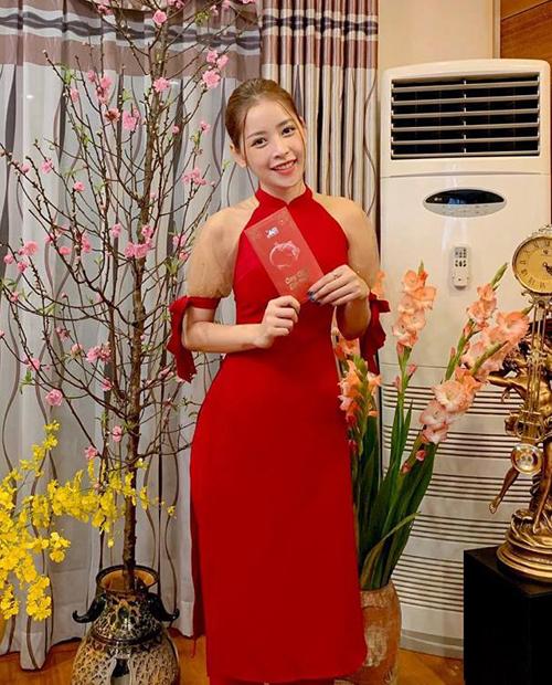 Đã thành thông lệ, cứ mỗi dịp Tết đến xuân về, áo dài lại trở thành kiểu trang phục được lòng các người đẹp Việt hơn cả. Tết Kỷ Hợi, nhiều mỹ nhân đồng loạt diện mẫu áo dài đỏ rực với thiết kế cách điệu tay bồng hiện đại. Chi Pu mặc trang phục này đúng ngày mùng 1 Tết khi về Hà Nội cùng gia đình.