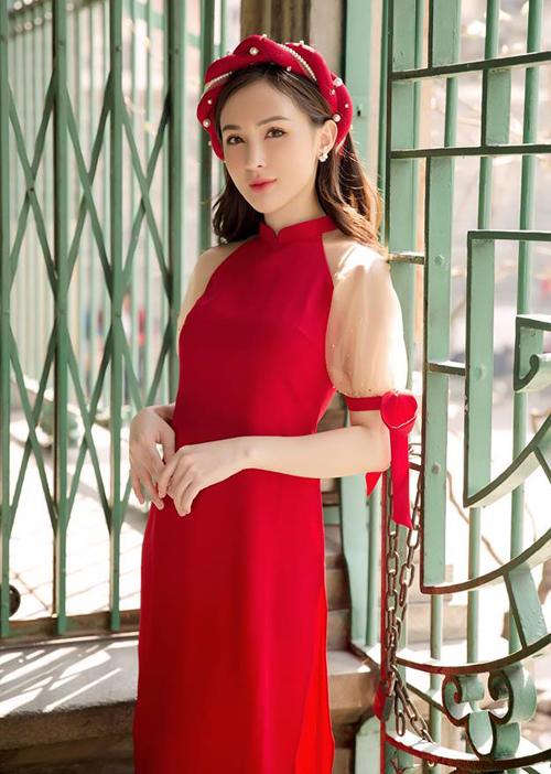 Kelly Nguyễn duyên dáng với bộ áo dài pha voan xuyên thấu, kết hợp cùng mấn đội đầu đính ngọc trai sang trọng rất tông xuyệt tông.