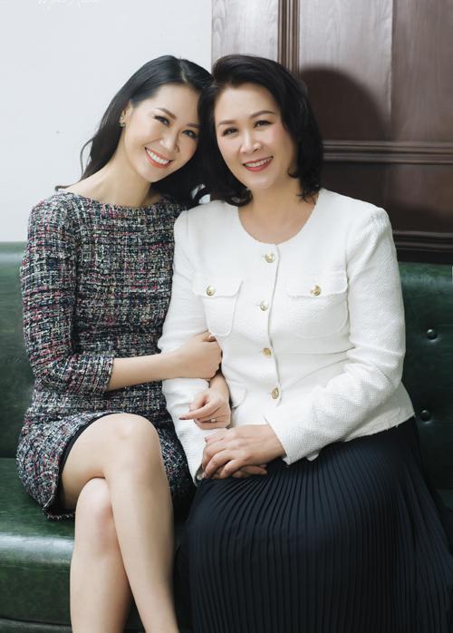Mẹ ruột của Dương Thuỳ Linh là Phó Giáo sư - Tiến sĩ Nguyễn Thị Thuận, từng giữ qyền Hiệu trưởng trường Đại học Lao động Xã hội. Bà cũng từng đảm nhận vị trí Giám đốc quốc gia về xoá đói giảm nghèo.