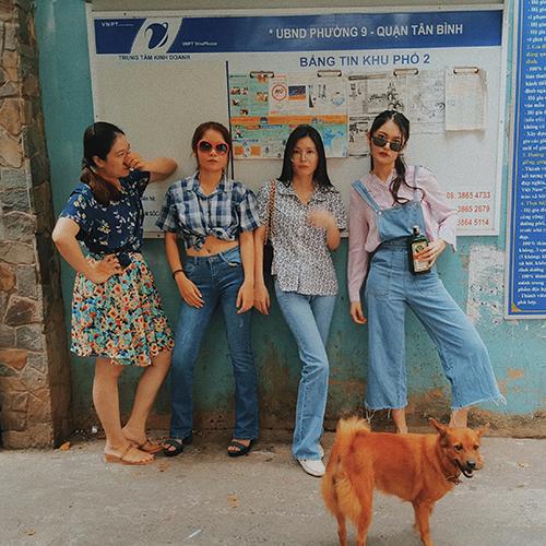 Năm 2018, Á hậu và các chị chọn phong cách Sài Gòn xưa với quần ống loe. Mọi người tự chuẩn bị đồ, sao cho hơi hướng retro.