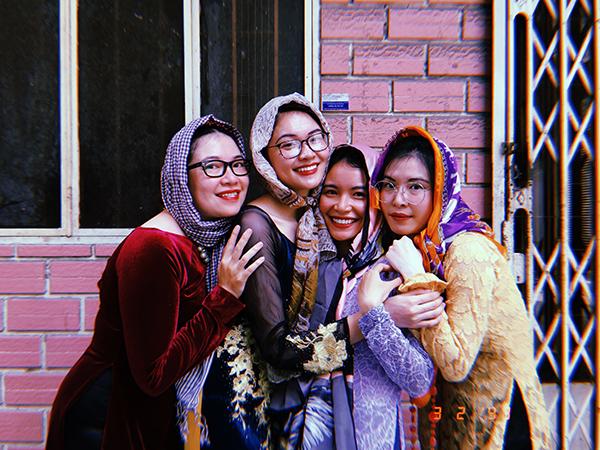 Năm 2019 là concept bà Ngoại, bà Sui vào lễ Tết. Mọi người mượn áo dài của mẹ, vest của ba để mặc.