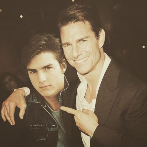 Tom Cruise của hiện tại đang khoác vai Tom Cruise của quá khứ. Tuy ngôi sao của Nhiệm vụ bất khả thi luôn trông trẻ hơn tuổi thật của mình, nhưng khi đứng cạnh phiên bản thời trẻ mới thấy thời gian cũng đã làm thay đổi Tom Cruise như thế nào.