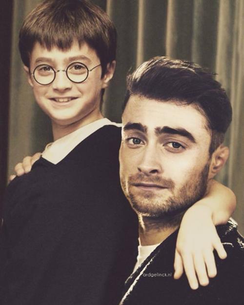 Daniel Radcliffe khi còn là cậu nhóc đóng trong Harry Potter đang khoác tay chụp ảnh chung với Daniel Radcliffe trưởng thành. Khi lớn lên, anh chàng trông bụi bặm hơn hẳn hình ảnh của mình lúc nhỏ.