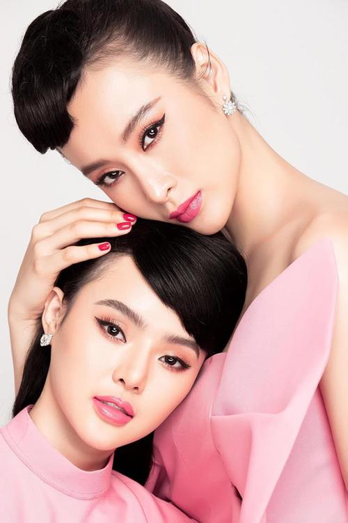 Hai chị em Angela Phương Trinh kỷ niệm năm mới bằng bức ảnh em ngả chị nâng tình cảm.
