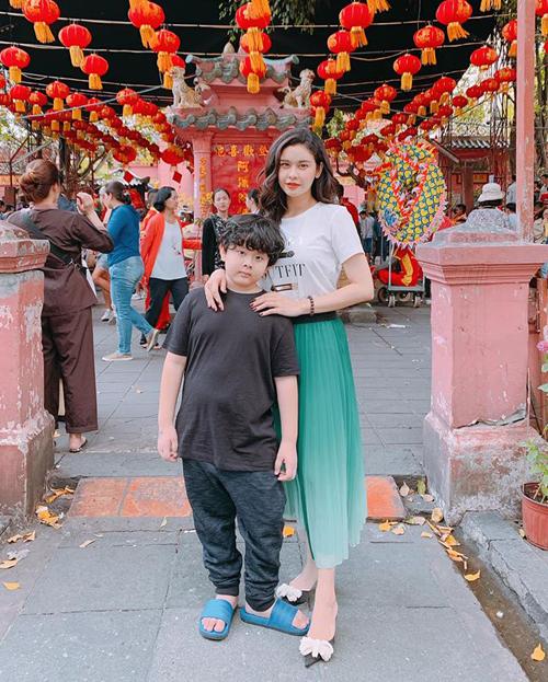 Trương Quỳnh Anh đưa con trai lên chùa cầu an đầu xuân.