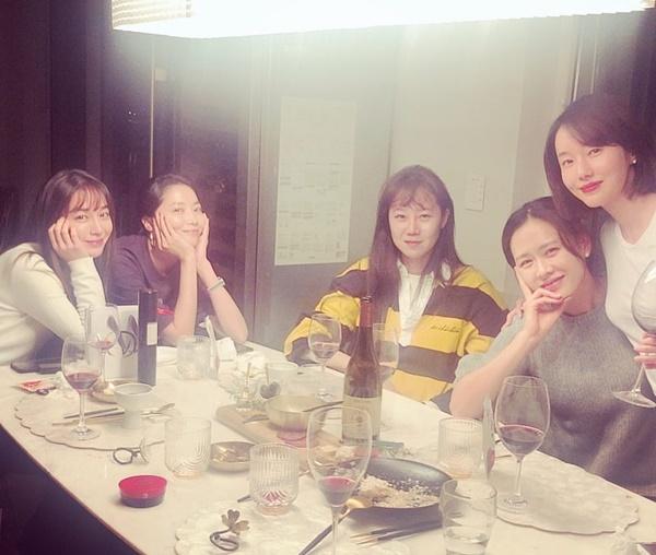 Nhóm bạn thân lâu năm Son Ye Jin, Gong Hyo Jin, Lee Min Jung, Oh Yoon Ah tụ tập mừng sinh nhật Lee Jung Hyun.