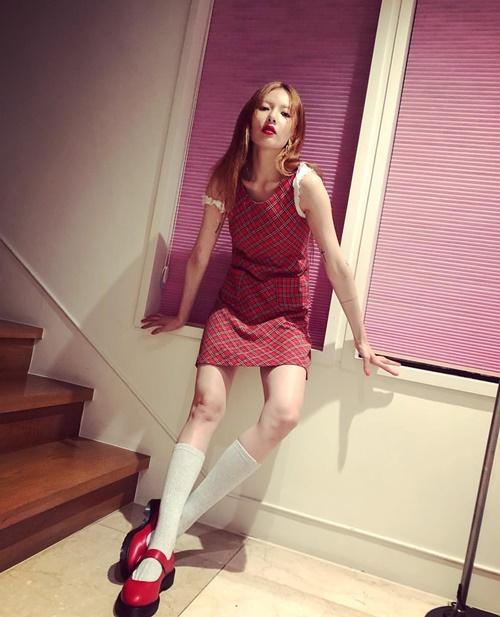 Hyun Ah trông xuống sắc khi để tóc rẽ ngôi giữa, thân hình gầy gò thiếu sức sống.