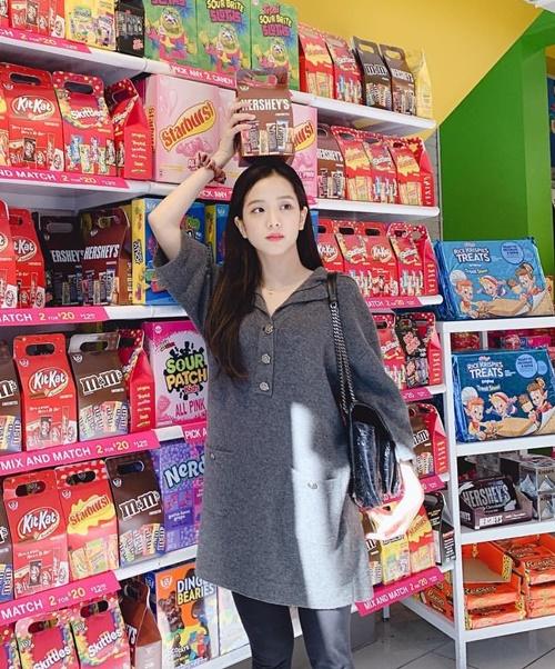 Ji Soo lạc lối giữa khu bán bánh kẹo ở Mỹ. Chị cả Black Pink vẫn mê tít trò giữ thăng bằng đồ vật, lần này là thử thách đặt hộp bánh trên đầu.