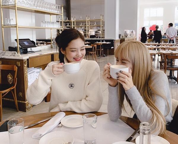 Jennie cười tít mắt bên Lisa. Hai thành viên Black Pink thể hiện sự thân thiết khác những tin đồn nội bộ lục đục.