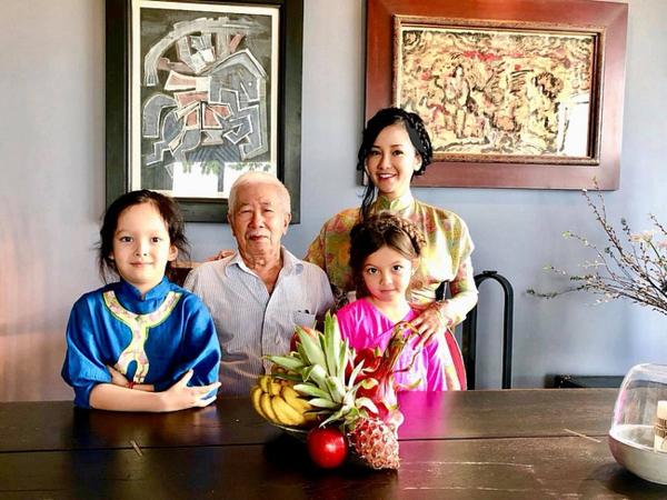 Hồng Nhung cùng hai con và cha ruột.