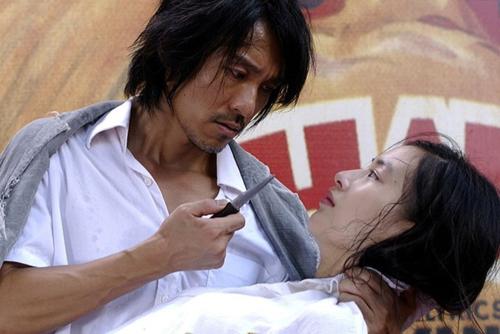 Một gương mặt vô danh khác lọt vào mắt xanh của Châu Tinh Trì là Huỳnh Thánh Y. Cô sinh viênhọc viện Điện ảnh Bắc Kinh đã vượt qua cả ngàn đối thủ để trở thành nữ chính trong Tuyệt đỉnh kungfu (2004).
