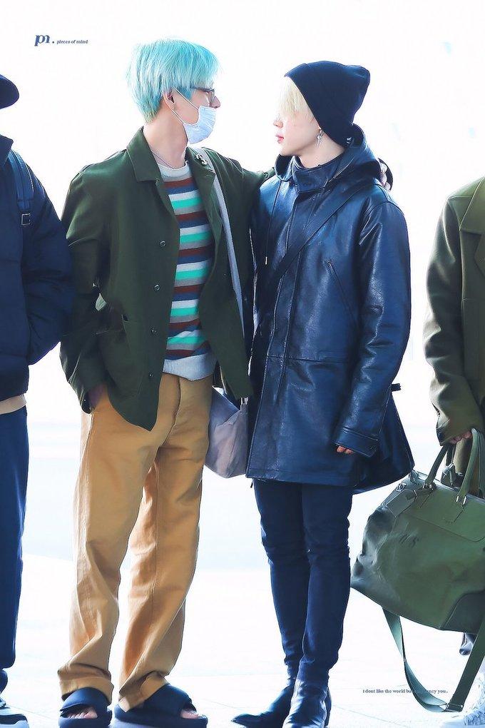 """<p> Ji Min khoe chân dài thẳng tắp khi diện quần đen bó sát. Anh chàng và V khiến fan """"quắn quéo"""" với những hành động khoác vai tình tứ giữa sân bay. Những từ khóa liên quan đến """"couple VMin"""" cũng được trend """"ầm ầm"""" trên Twitter, chứng minh sức hút của cặp bạn thân 1995-line này.</p>"""
