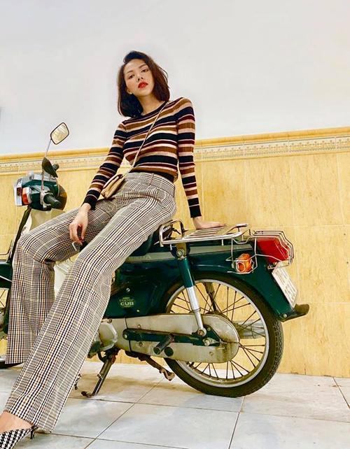 Áo len mỏng và quần loe cạp cao giúp Minh Triệu người đã cao ráo càng thêm thanh mảnh.