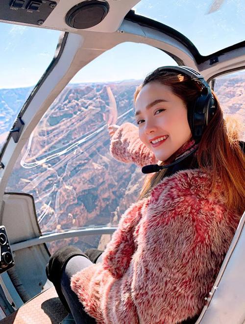 Minh Hằng thích thú khi lần đầu được đi ngắm cảnh bằng phi cơ.
