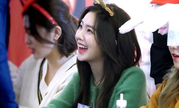 Gần đây, những hình ảnh Irene ở các buổi ký tặng người hâm mộ được cộng   đồng fan Kpop chia sẻ trên diễn đàn. Trong loạt hình này, trưởng nhóm Red   Velvet cho thấy hình tượng khác hẳn, vui tươi và rất thân thiện, quan tâm tới   người hâm mộ.