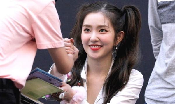 Tại các buổi ký tặng, Irene luôn nở nụ cười rạng rỡ và trò chuyện vui vẻ với tất cả fan.