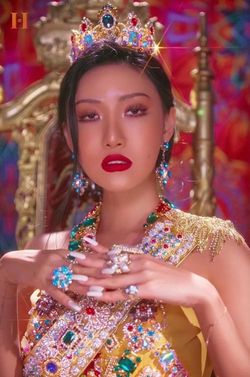 Hwa Sa dát đầy vàng bạc châu báu lên người, hóa thân thành nữ hoàng quyền lực trong album solo đầu tay.
