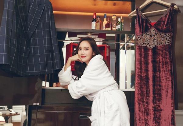 Jessica như cô tiểu thư đang băn khoăn lựa chọn giữa hai kiểu trang phục hoàn toàn khác biệt.