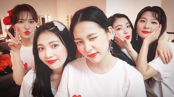 Red Velvet nhí nhảnh đọ cute trong hậu trường concert ở Mỹ.