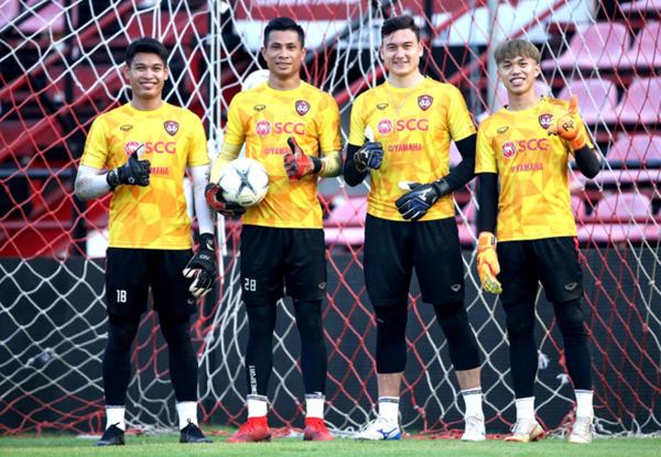 Văn Lâm và đồng đội mới trong buổi đầu tập trận ra mắt.