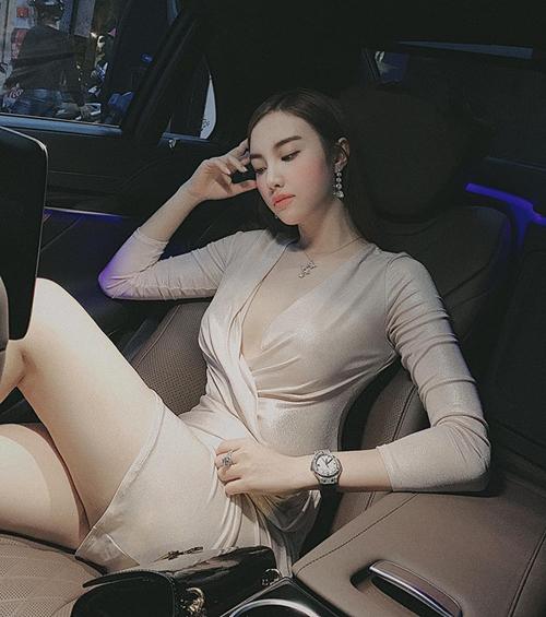 Hạnh Sino không thèm diện nội y khi diện chiếc váy xẻ cổ sâu lả lơi để khoe vẻ gợi cảm.