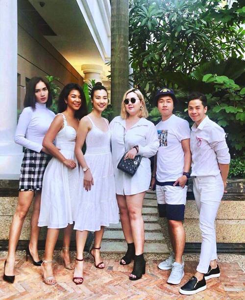 Hội bạn thân của Hoàng Oanh rủ nhau mặc đồ tông xuyệt tông sắc trắng đi chơi.