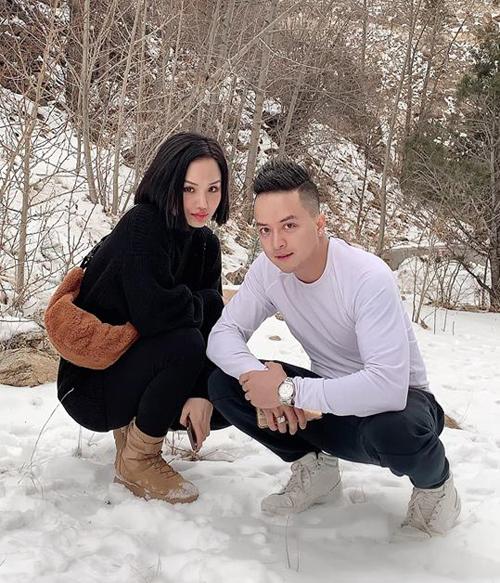 Miu Lê và Cao Thái Sơn ngồi trên tuyết nhưng ăn mặc cực kỳ mỏng manh.