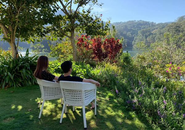 Cường Đô la và Đàm Thu Trang tận hưởng những ngày bình yên ở Đà Lạt.