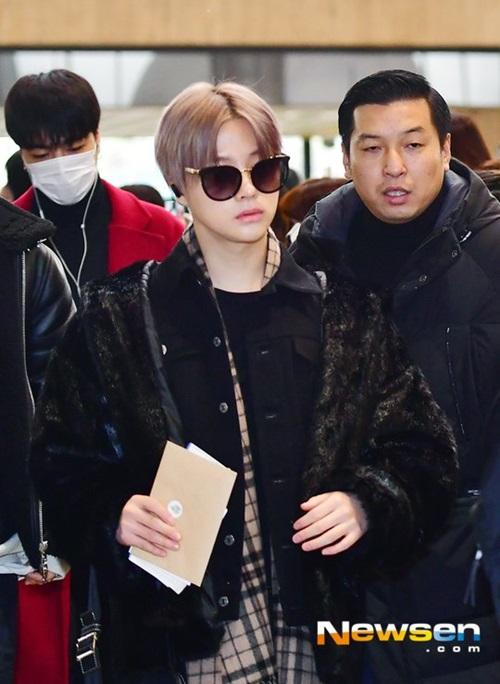iKON cũng có lịch trình ở Nhật. Jin Hwan không có chiều cao nổi trội nhưngluôn nổi bật nhờ màu tóc độc.