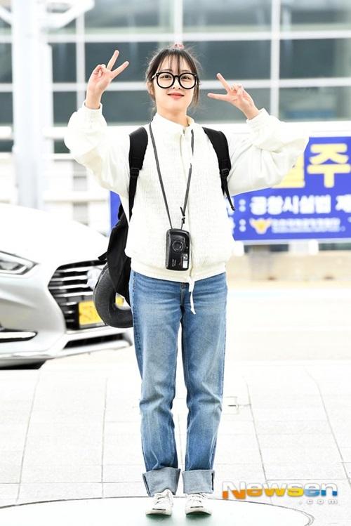 Kim Bora chọn trang phục rộng rãi, đeo theo máy ảnh đúng chuẩn style lên đường đi du lịch.