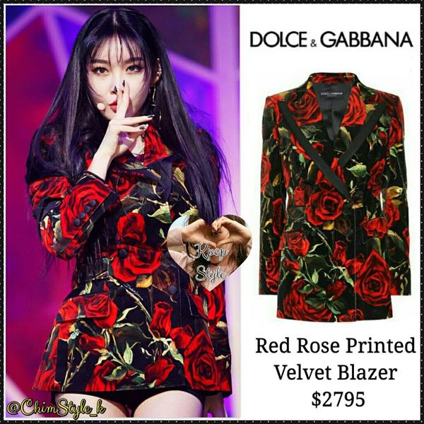 Cứ mỗi lần lên sân khấu, nữ idol sexy lại thể hiện độ chịu chơi của mình khi mang hẳn chiếc áo khoác blazer hoạ tiết hoa hồng quý phái có giá 65 triệu đồng của nhãn hiệu sang chảnh bậc nhất Dolce&Gabbana.