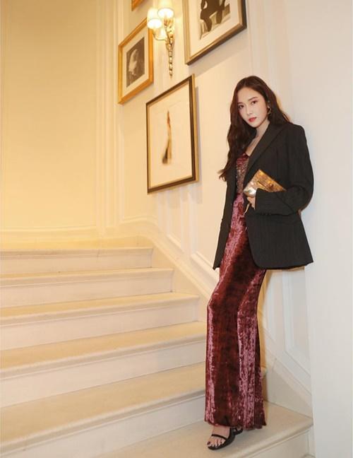 Jessica lên đồ sang chảnh đi tiệc thời trang.
