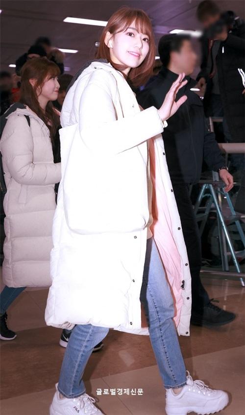 Các cô gái IZONE trở về Hàn sau khi kết thúc lịch trình ở Nhật. Sakura và Hitomi mặc áo phao đôi.