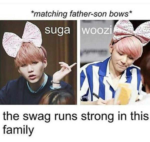 Suga (BTS) và Woozi (Seventeen) là cặp idol khiến nhiều người lầm tưởng có họ hàng nhất vì vẻ ngoài cũng như phong cách đều rất giống nhau. Các fan còn chế hàng loạt ảnh bố Suga và con trai Woo Zi.